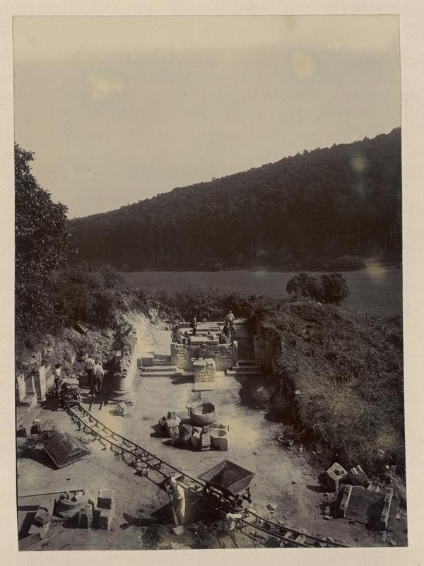 Ruines de l'abbatiale : vue du dégagement de la nef. Photographie du chanoine Keller, 1902 (fonds Denkmalarchiv)