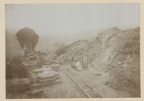 Ruines de l'abbatiale : vue du dégagement de la crypte. Photographie, auteur inconnu, 1902 (fonds Denkmalarchiv)