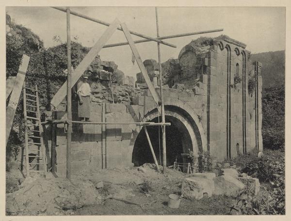 Ruines de l'abbatiale : vue de la restauration de la façade ouest. Photographie, auteur : Christmann, 1901 (fonds Denkmalarchiv)