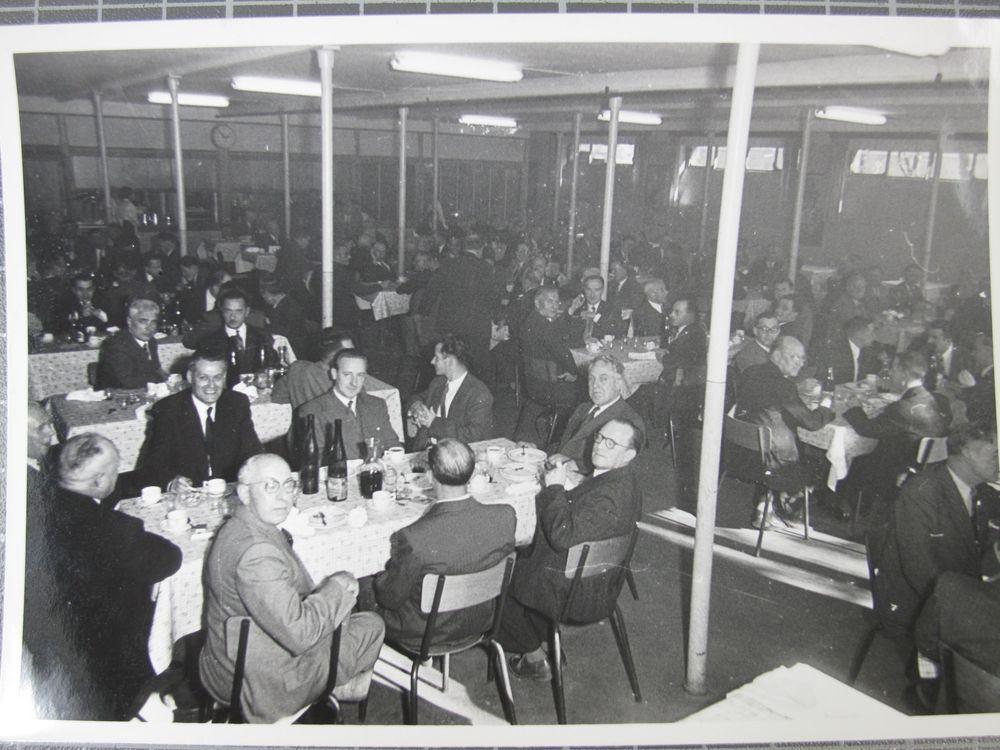 Repas dans une salle à manger ( (c) Musée DMC, en dépôt au CERARE)
