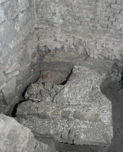 Vue vers l'est du bassin de l'Antiquité tardive. Le bassin est coupé par le massif A (à gauche) et par le mur sud-est de la chapelle Saint-Michel inférieure (à droite) et la fondation du bas-côté nord de la cathédrale. Cliché : J.-J. Bigot (Inrap)