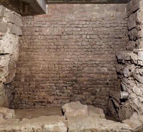 Vue vers le sud-est des fondations de la cathédrale ottonienne (vers 1015) avec, au premier plan, sol en terrazzo et murs antiques. Cliché : J.-J. Bigot (Inrap)
