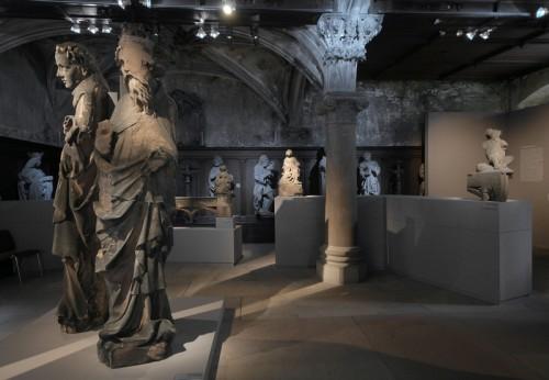 Le Moine et l'Empereur, et, en arrière-plan, Sainte Catherine. Vue de l'exposition Strasbourg 1400, 2008. Cliché : Matthieu Bertola (Musées de la Ville de Strasbourg)
