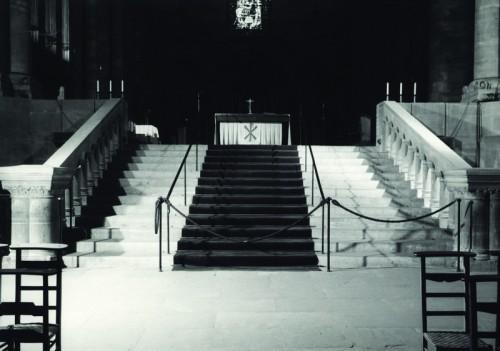 Vue du chœur et de l'emmarchement avant le réaménagement de 2004 (Denkmalarchiv, DRAC Alsace)