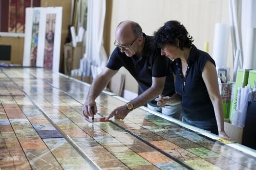M. Parot et Mme Ellena en train de travailler sur le panneau. Cliché : atelier Parot